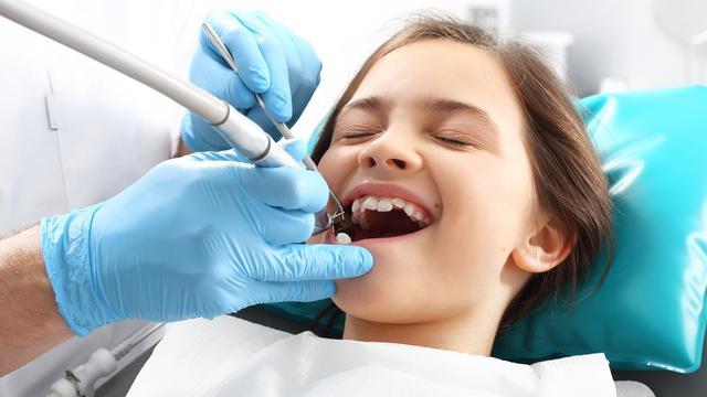 Kind nooit naar de tandarts geweest? Verzekeraars sturen ouders brief